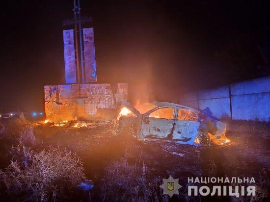 На Одещині авто протаранило бетонну стелу, двоє людей згоріли живцем