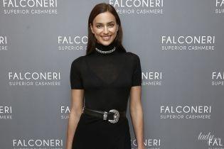 В скромном платье, но со смелым разрезом: Ирина Шейк на модном мероприятии