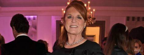 В вечернем наряде и с колье на шее: 60-летняя Сара Йоркская отдохнула на вечеринке