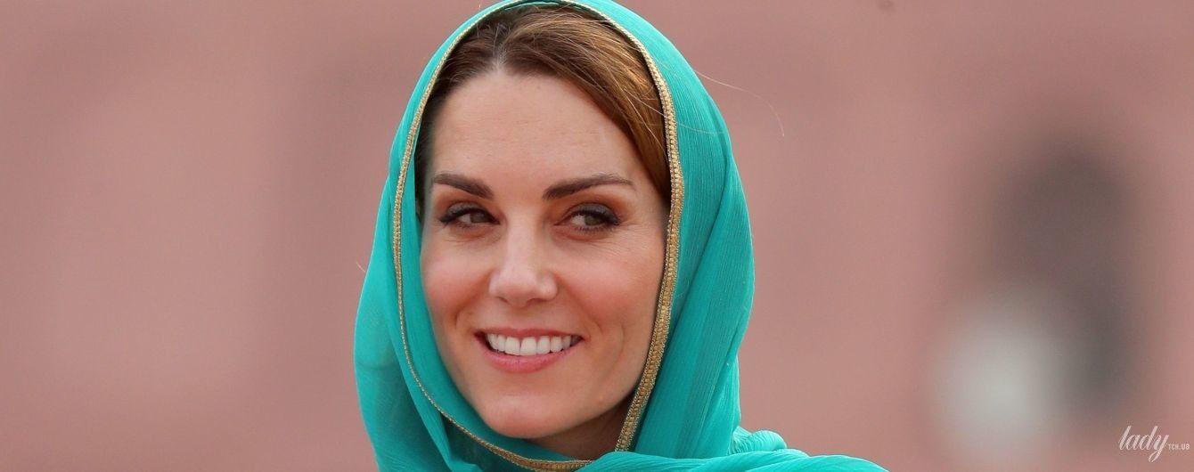 Розкішна в бірюзовому: герцогиня Кембриджська з чоловіком приїхала до мечеті Бадшахи