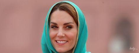 Роскошна в бирюзовом: герцогиня Кембриджская с мужем приехала в мечеть Бадшахи
