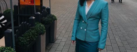 Прессекретарка Зеленського в елегантному вбранні позувала на вулиці Риги