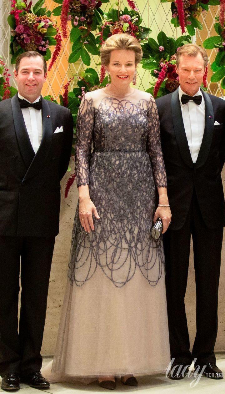 С непривычно ярким макияжем: королева Матильда в вечернем образе приехала на концерт