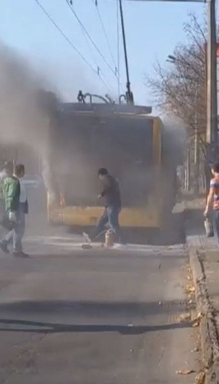 В столице на ходу загорелся троллейбус с пассажирами