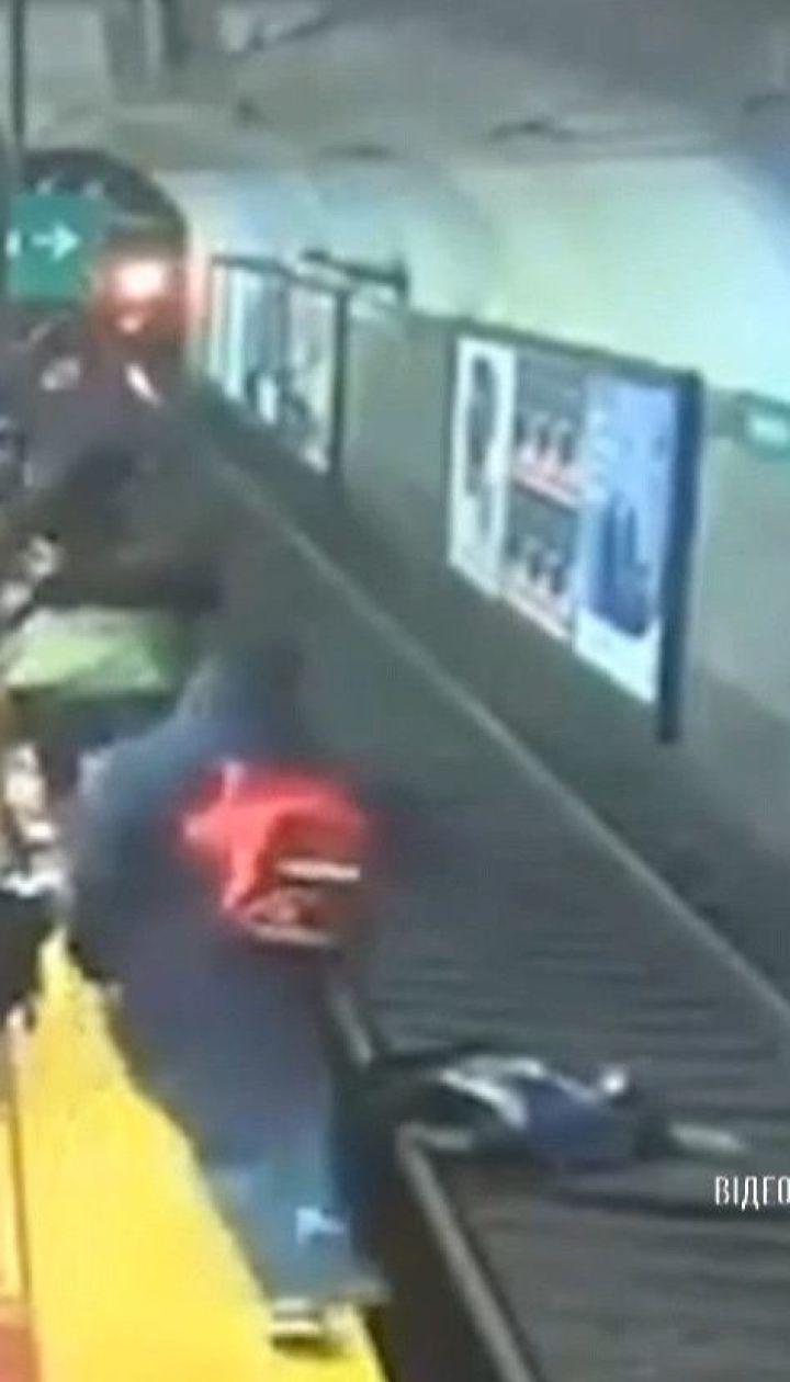 У Буенос-Айресі пасажири врятували жінку, яка ледь не загинула під потягом метро