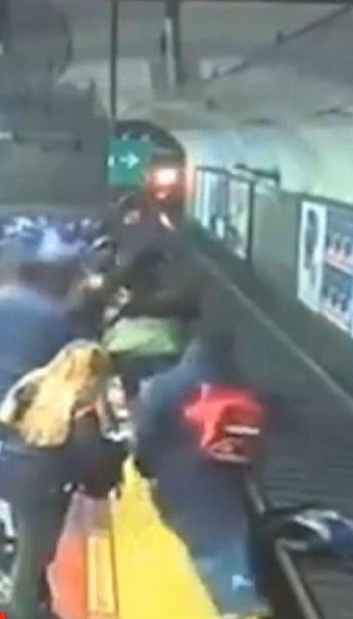 В Буэнос-Айресе пассажиры спасли женщину, которая едва не погибла под поездом метро