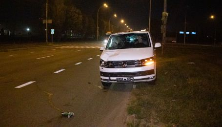 В Киеве микроавтобус сбил мужчину. Водитель снял номерные знаки