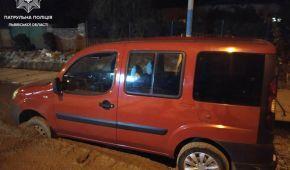 Во Львове пьяный водитель смесил новую бетонную дорогу
