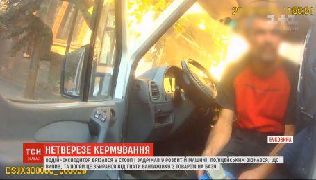 У Чернівцях нетверезий водій-експедитор розтрощив власну автівку об стовп і ледь не заснув за кермом