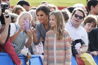 Селфи с поклонниками и красивый образ: королева Летиция с семьей посетила собор Овьедо