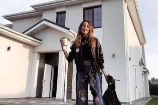 В рваных джинсах и с кофе: осенний образ Нади Дорофеевой