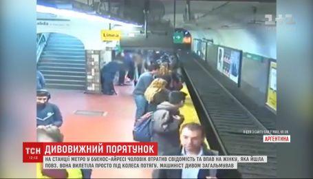 В метро Буэнос-Айреса из-за бессознательного мужчины едва не погибла женщина
