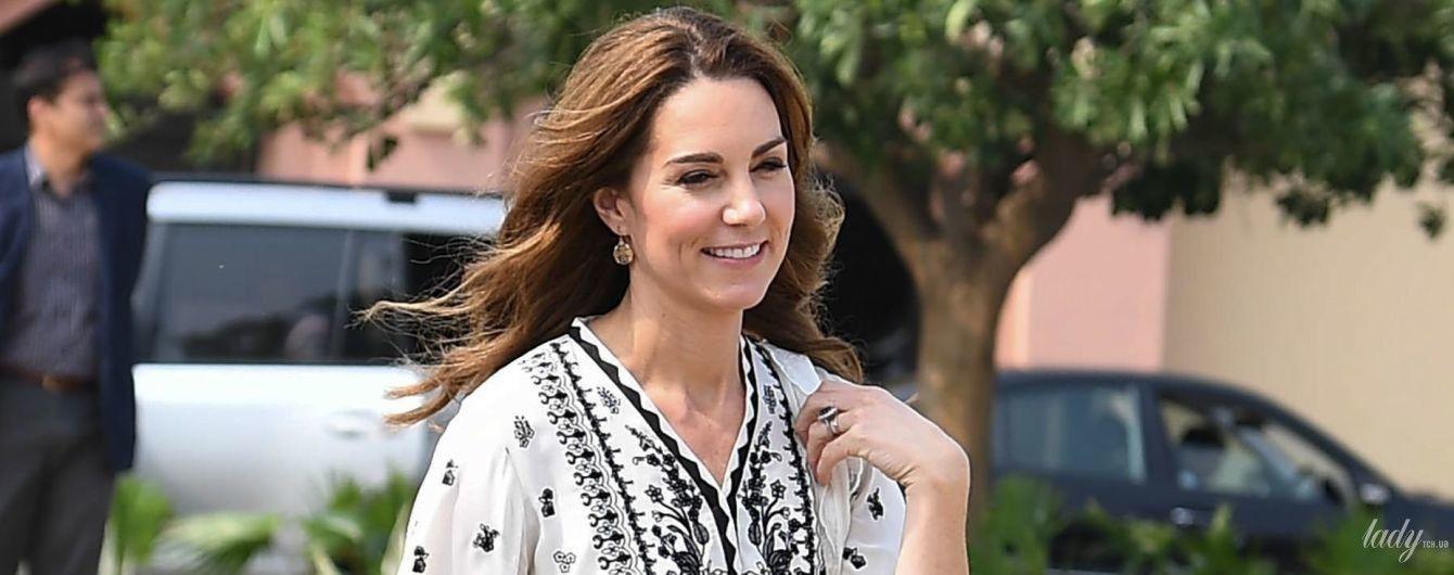 В прекрасном настроении и красивом аутфите: герцогиня Кембриджская с мужем со второй попытки вернулась в Исламбад