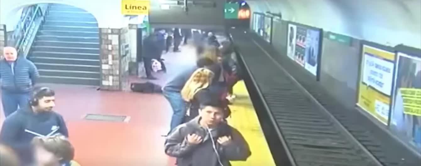 В Буэнос-Айресе потерявший сознание пассажир столкнул женщину под колеса метро