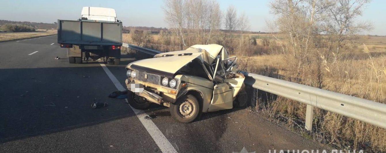 На Харьковщине грузовик влетел в припаркованную на обочине легковушку