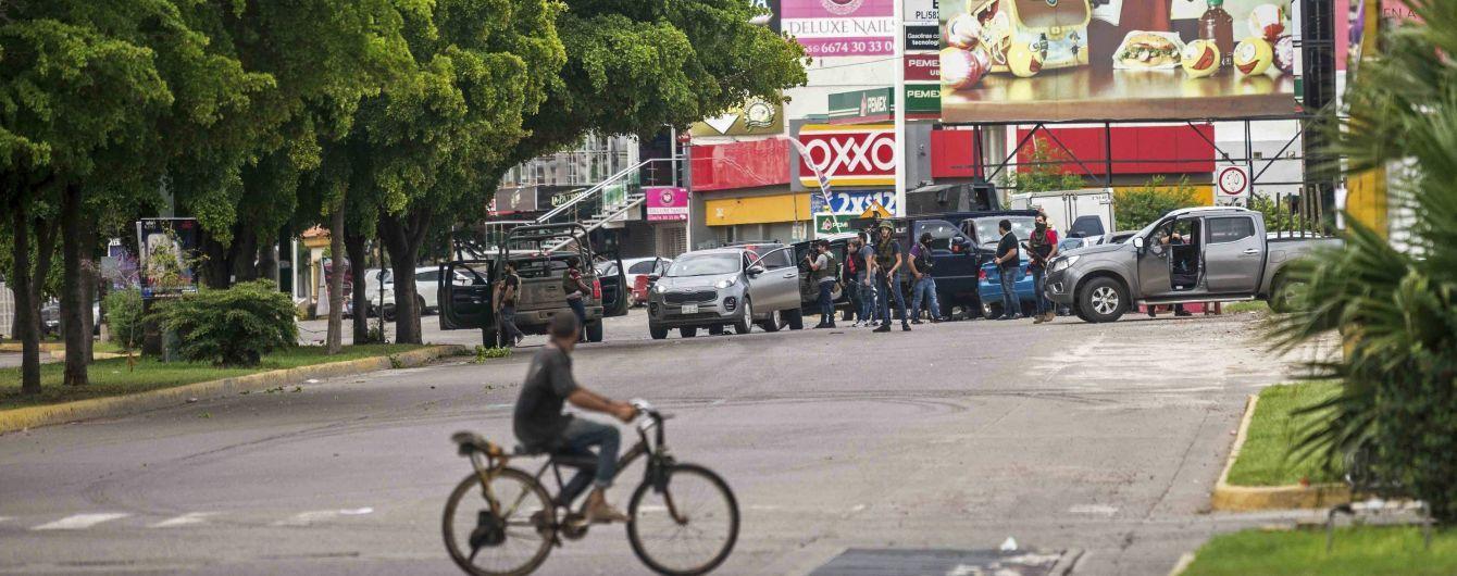 """Картель отбил сына """"Эль Чапо"""" у правоохранителей. Видео полномасштабных боевых действий ужасают Сеть"""