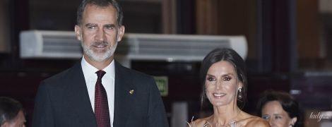 В перьях и с вечерним макияжем: королева Летиция на светской церемонии