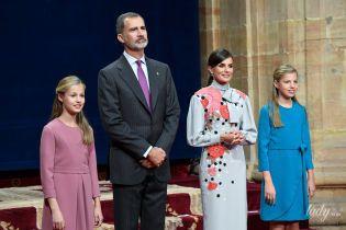 В платье с аппликацией и в компании дочерей и мужа: королева Летиция на торжественном мероприятии в Овьедо