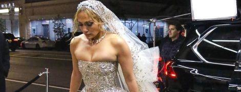 А груди не влізли: Дженніфер Лопес одягла весільну сукню