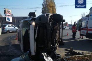 Под Киевом микроавтобус протаранил легковушку. Трое людей в больнице