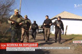 Украинские полицейские патрулируют улицы в прифронтовых Золотом-4 и Катериновке