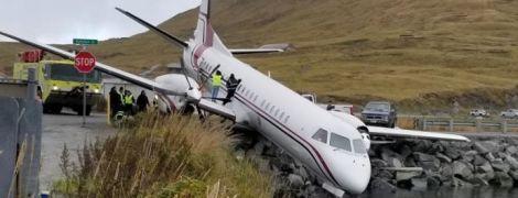 На Алясці літак викотився за злітну смугу, є жертви