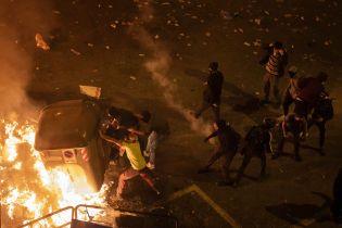 Протесты в Каталонии переросли в жесткие беспорядки: демонстранты строят баррикады и жгут мусорные баки