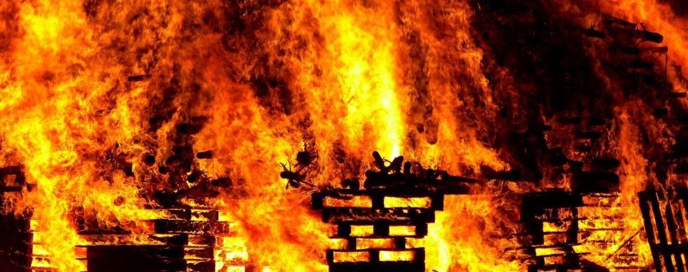 У Києві сталася пожежа у гаражному кооперативі
