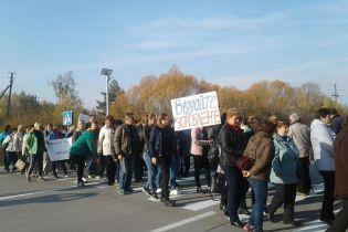 Вблизи Житомира учителя перекрывали трассу из-за задолженности по зарплате