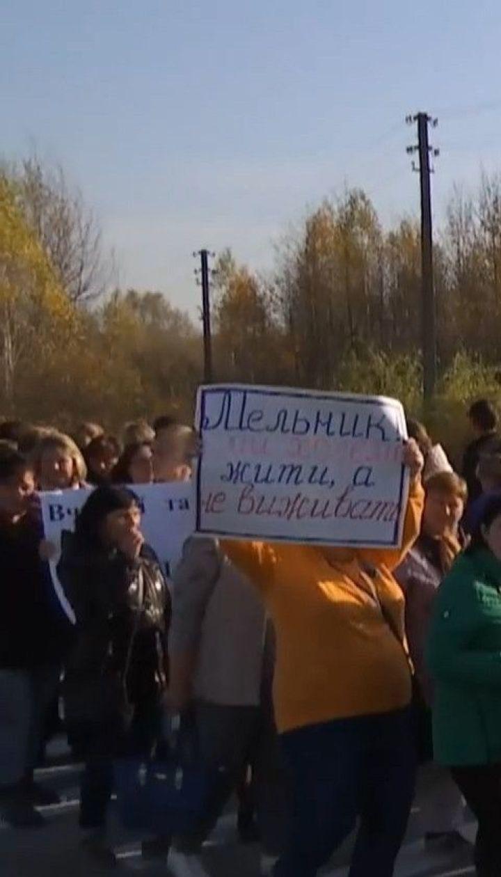 С лета не получают зарплату: полторы сотни учителей перекрыли трассу в Житомирской области