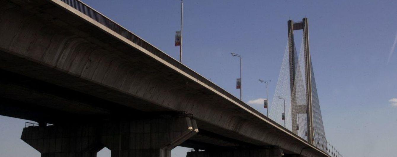 Селфі на висоті 130 метрів. У Києві підлітки вилізли на Південний міст заради фото, поліція їх затримала