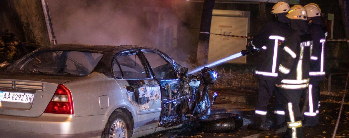 У центрі Києва Cherry з дівчиною-водійкою протаранила вантажівку і спалахнула, втікаючи від поліції
