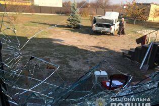На Київщині чоловік, який з ножем кидався на родича та поліцейських, помер під час затримання