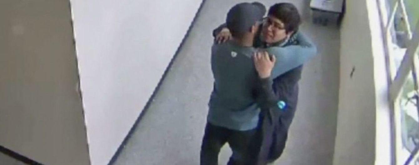 В США тренер объятиями обезоружил ученика, который пришел в школу с ружьем