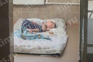 Тримала у стійлі з худобою і носила у сумці: у Росії матір перетворила 12-річну дівчинку на мауглі