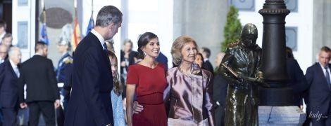 В красивом платье и в обнимку со свекровью: королева Летиция в Астурии