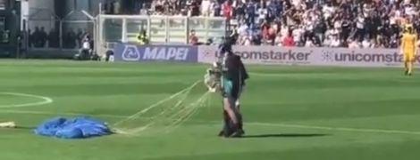 Під час футбольного матчу в Італії на поле приземлився парашутист