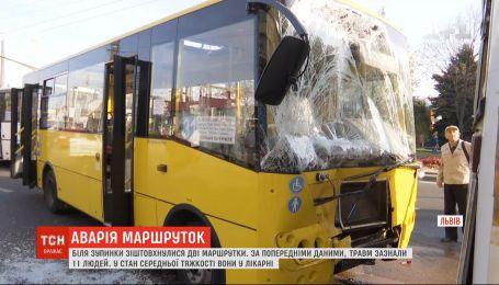 Две маршрутки столкнулись во Львове: 11 человек получили травмы