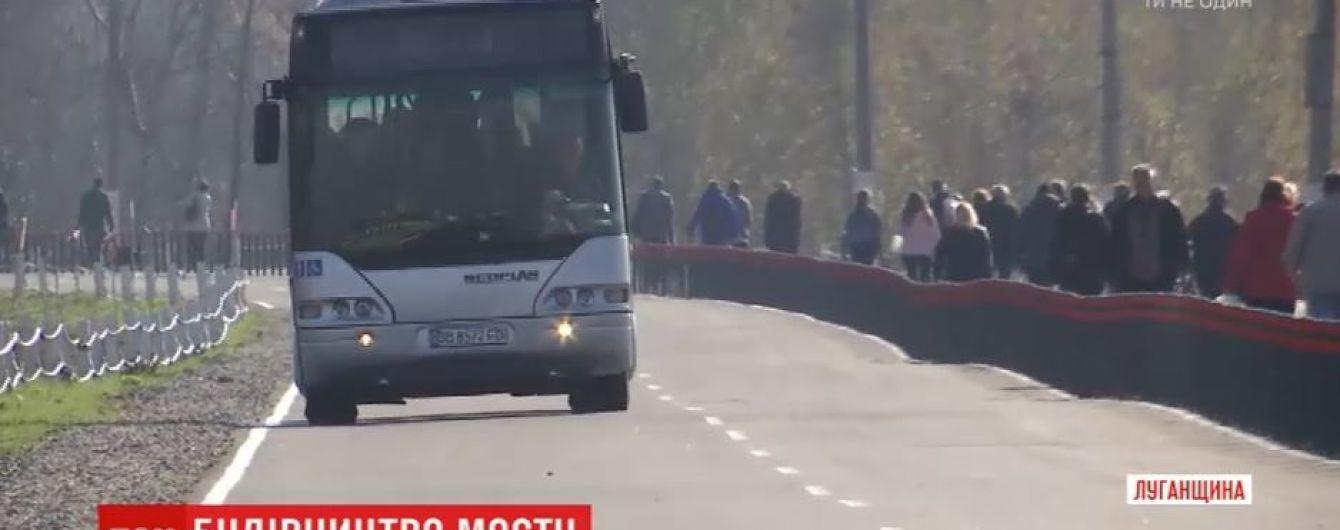 Біля відновленого мосту в Станиці Луганській з'явилися українські прапори