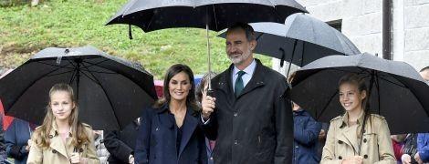 Люблять Burberry: іспанська королева Летиція з доньками й чоловіком приїхали до села