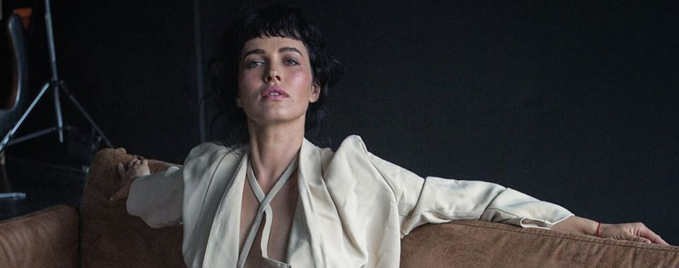 Томная Астафьева с обнаженной грудью снялась в стильной фотосессии