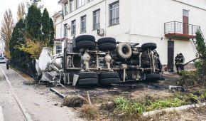 Под Киевом после столкновения с внедорожником бетономешалка протаранила стену сельсовета