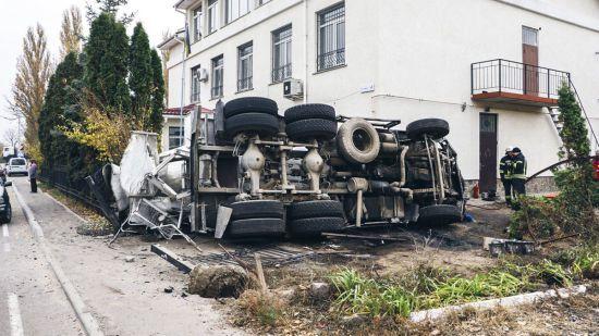 Під Києвом після зіткнення з позашляховиком бетономішалка протаранила стіну сільради