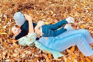Екатерина Осадчая повалялася в листьях с двухлетним сыном