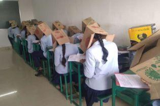 Сеть взорвало вирусное фото индийских студентов с коробками на голове