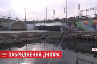 На столичном Подоле в Днепр сбрасывают неизвестные вещества: на воде появились пятна