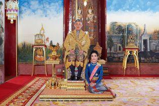 Король Таиланда лишил свою фаворитку всех титулов из-за ее попытки подняться до уровня королевы