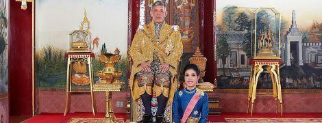 Король Таїланду позбавив свою фаворитку всіх титулів через її намагання піднятися до рівня королеви