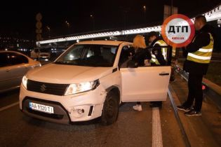 Девушка на Suzuki влетела в отбойник в Киеве и пила алкоголь перед копами