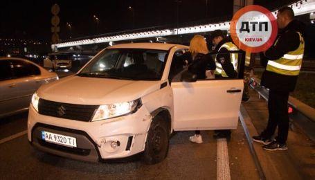 Дівчина на Suzuki влетіла у відбійник в Києві і пила алкоголь перед копами